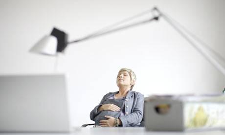 Se você puder descansar durante o trabalho, procure fazê-lo. Uma soneca de 30 minutos melhora a atenção, a memória e diminui a sensação de fadiga.